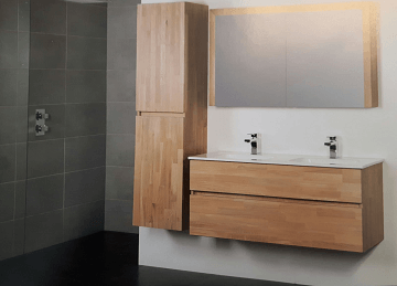 Houten badkamermeubel met kolomkast